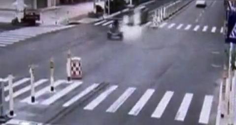监控:豪车猛撞电动车 骑行人飞出百米当场死亡