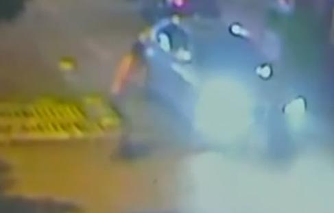 男子被砸躺地等工伤鉴定 不料遭轿车辗轧身亡