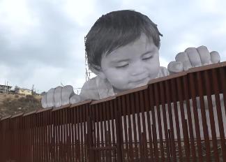 """美墨边境现20米高""""巨婴"""" 扒墙追梦"""