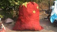 高速服务区用国旗做杂物袋 官方:更换当事保洁员