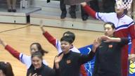 中朝女篮举行混编友谊赛 球员手拉手入场
