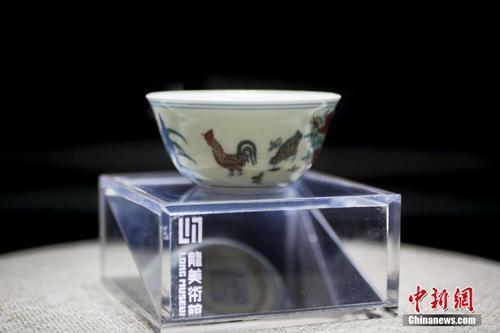 """资料图:天价""""明成化斗彩鸡缸杯""""亮相上海。中新社发 张亨伟 摄"""