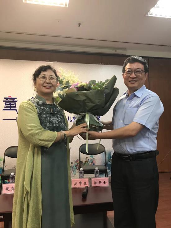 图 清华社董事长李勇向杨莹莹女士赠送鲜花