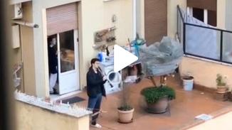 意大利民众在阳台上齐唱国歌互相加油