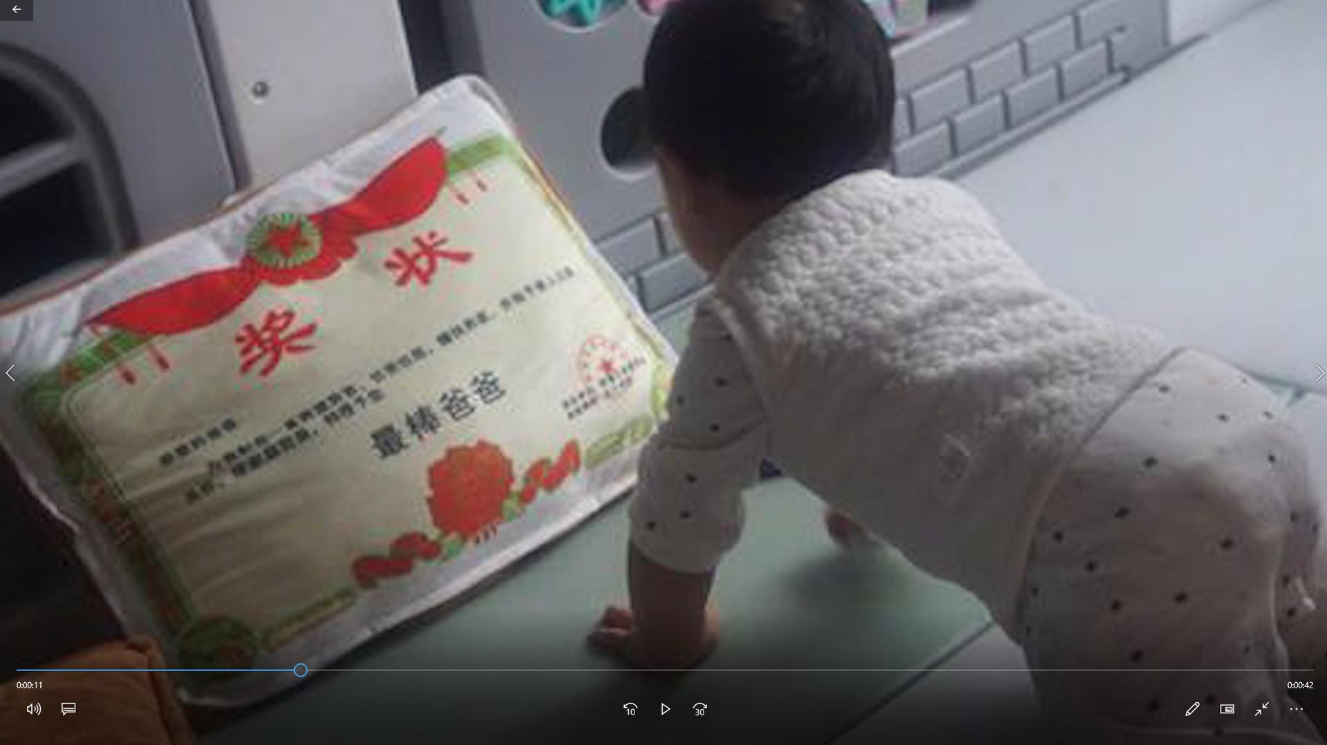 """张歆艺晒宝宝爬行照 """"最棒爸爸""""抱枕出镜逗笑网友"""