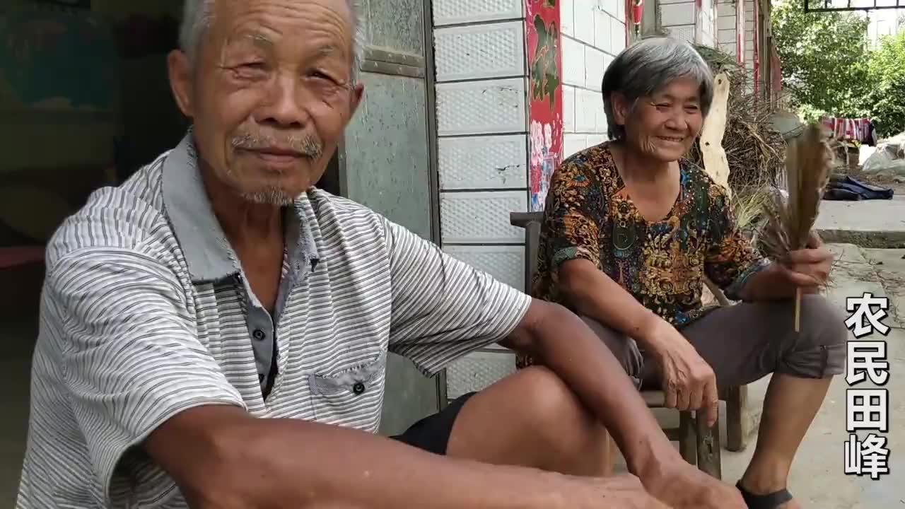 奶奶见到走失老伴抱头痛哭