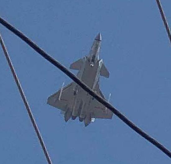 """歼20翼下外挂2枚PL15导弹试飞 将开启""""野兽""""模式(图)"""