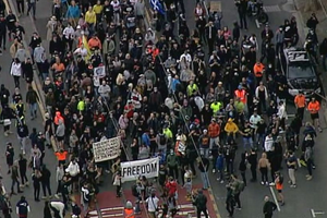 """澳大利亚""""反封城""""游行失控 示威者冲破警方人墙"""