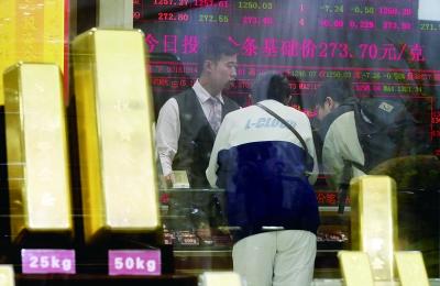 节后金价年内首降 黄金卖场迎销售高峰