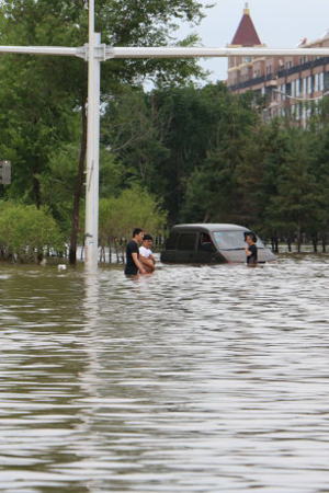 吉林洪灾街头积水齐腰深
