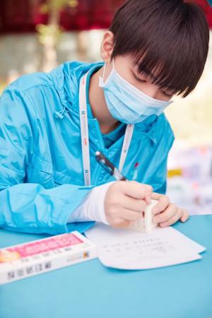 实拍:在药房工作的王俊凯