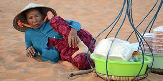 辛苦的越南摊贩们