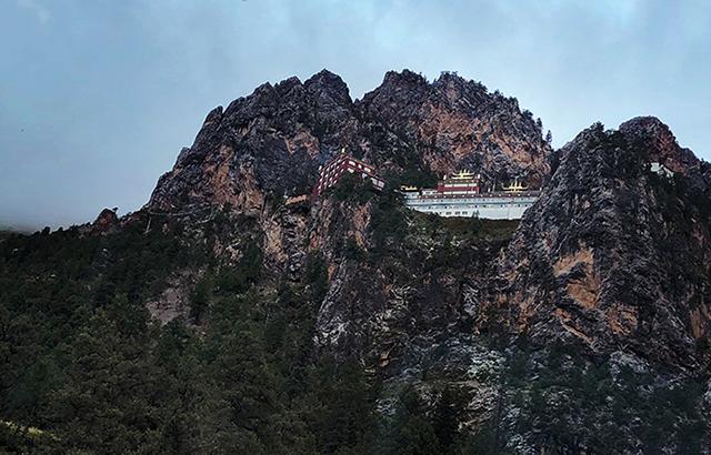 实拍:挂在悬崖上的神奇寺庙