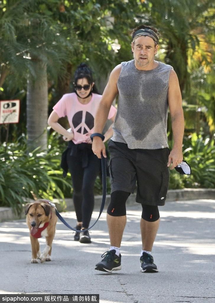 组图:科林·法瑞尔牵狗外出运动 T恤被汗水浸湿锻炼超卖力