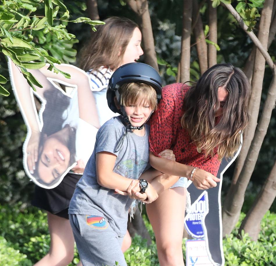 组图:阿弗莱克女友与孩子玩耍 安娜人形纸板醒目