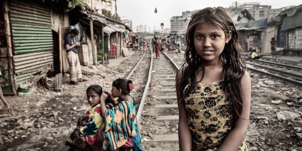 孟加拉铁轨上的贫民窟