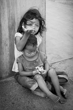 街头乞讨的柬埔寨小孩