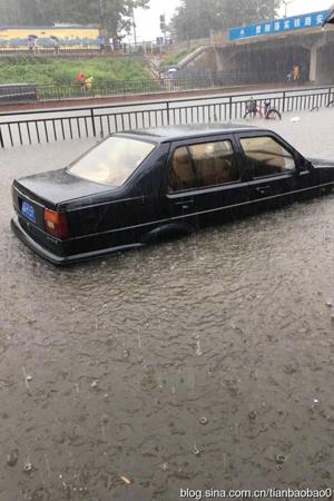 北京博主:大雨倾盆路面积水严重