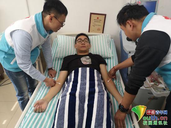 图为陶正薄准备进行骨髓捐赠。淮南师范学院官网 供图