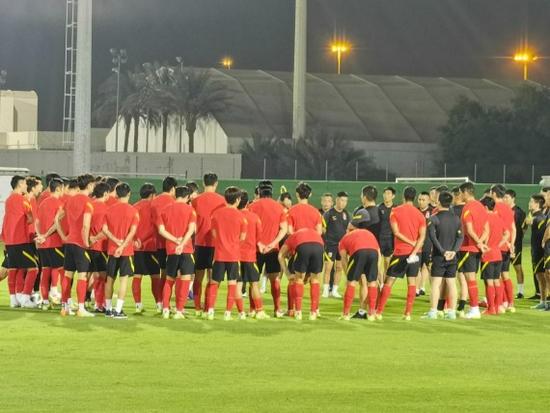 国足集训状态向好 针对越南练传中和中路配合