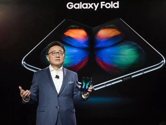 2月21日,三星电子移动通信部门总裁高东真在Galaxy Fold发布会上展示折叠屏手机。来源:被访者供图