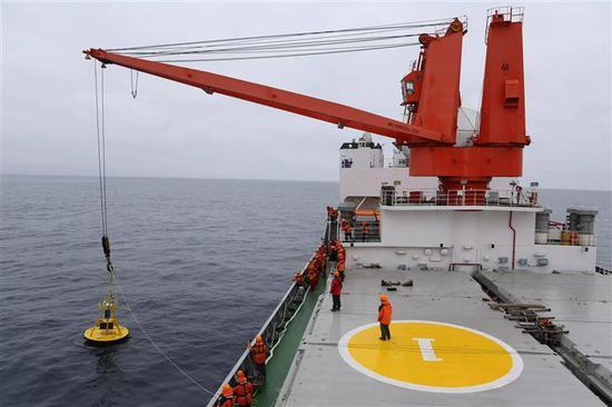 中国第七次北极科考队投放锚定浮标。来源:新华社