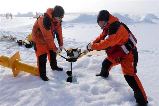 中国第七次北极科考队开展冰站作业。来源:新华社