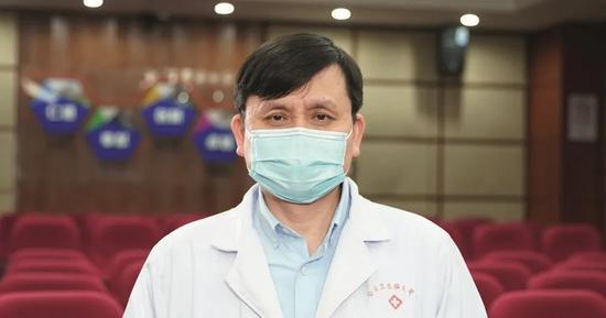 张文宏,一夜爆红成全民偶像,却极力把自己往人间拽疫情传染病新冠肺炎