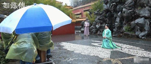 张钧甯罚跪淋雨戏。