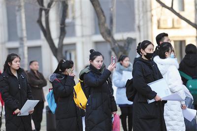 昨日,中国传媒大学,艺考生在考场前排队等待入场。王贵彬 摄