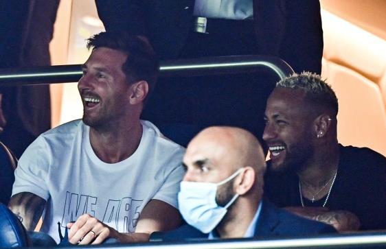 梅西看台与内马尔说笑 巴黎球迷对姆巴佩发出嘘声