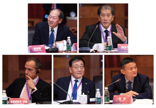 第一排从左至右:胜茂夫(Shigeo Katsu)、田中爱治(Aiji Tanaka) 第二排从左至右:弗雷德里克。弥雍(Frédéric Mion)、金用学(Yong-Hak Kim)、马云
