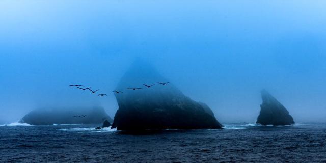 在游轮甲板上看南极美景