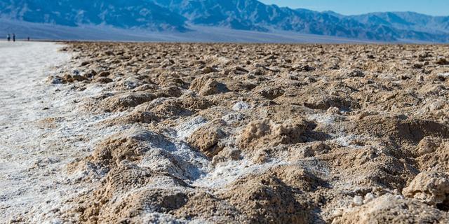 白茫茫的大片是盐而不是雪