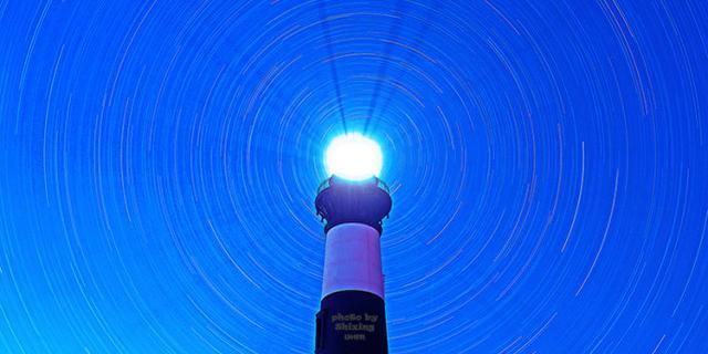 灯塔与星光轨迹