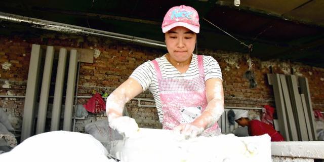 实拍:做石膏线的女工