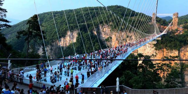 张家界大峡谷玻璃桥人挤人