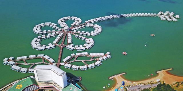 马来这座酒店如一朵花长在海里