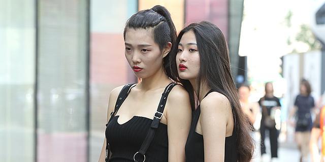 街拍:闺蜜演绎的丽人同行