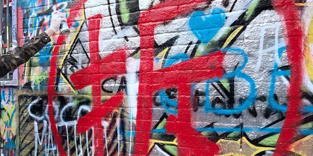 中国游客在比利时小城乱写乱画