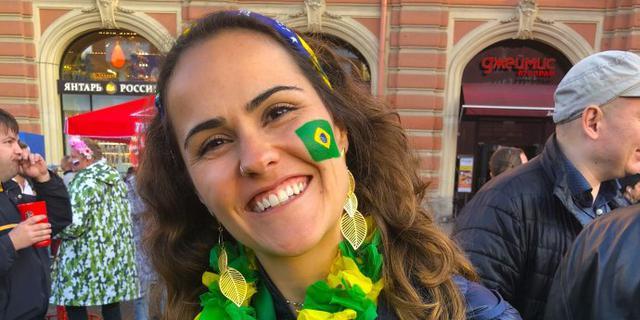 巴西球迷笑着告别世界杯