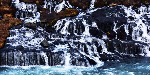 冰岛气势如虹的瀑布