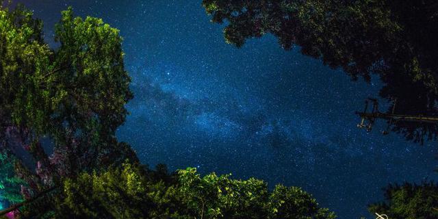白云山和星空来一次完美邂逅