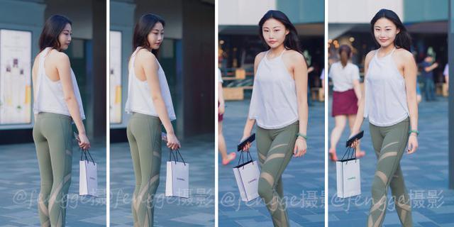 穿瑜伽裤逛街的美女身材超赞