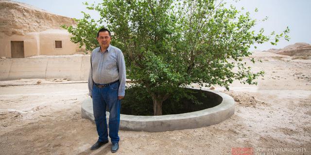 他坚守没水没电的荒漠25年