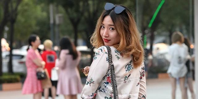 街拍:美女,回眸一笑更动人