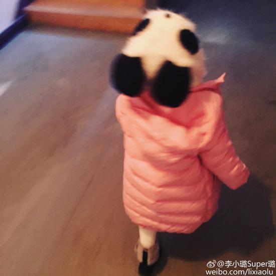 甜馨粉嫩装扮去看姥爷 变呆萌小熊猫