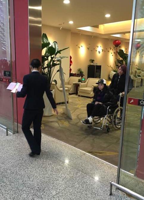 蒋欣坐轮椅