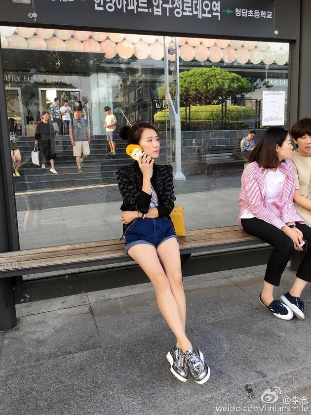 新浪娱乐讯 7月4日,李念[微博]在微博上晒了一组在韩国旅游的照片。照片中,李念黑色外套搭配牛仔短裤,一双长腿尤其吸睛,探头偷瞄菜单的样子更是萌态尽显,网友感慨:这分分钟是街拍的既视感啊,好美好美。   每个国度都有非常值得学习和借鉴的地方,既然跟韩国那么多工作上的合作,就想要更充分了解。据悉,李念先后合作了安七炫[微博]、权相佑[微博]等韩国明星,与韩国结下了不解之缘。因此,有网友在微博底下留言道:莫非念念又要和哪位韩国欧巴合作啦?