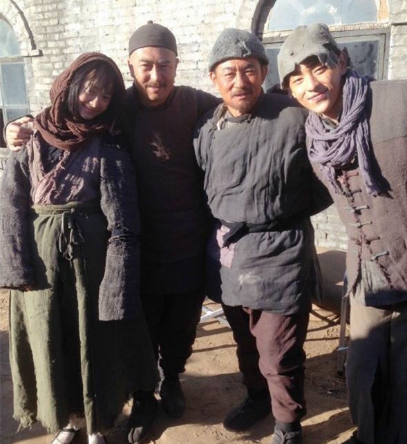 孙铱(左一)张嘉译(左二)